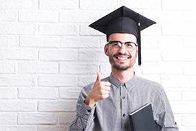 Mathematik-Student nach erfolgreichem Studium.