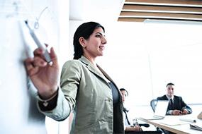 Eine SPECTRUM Beraterin bei einer Präsentation in einem Meeting.