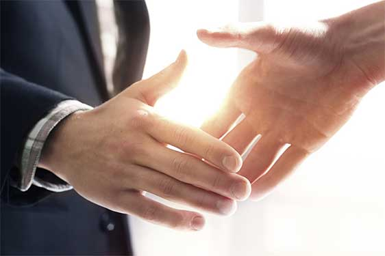 Erfolgreiche Qualifizierung geeigneter Fachkräfte für ihr Unternehmen wird mit einem Handschlag besiegelt.