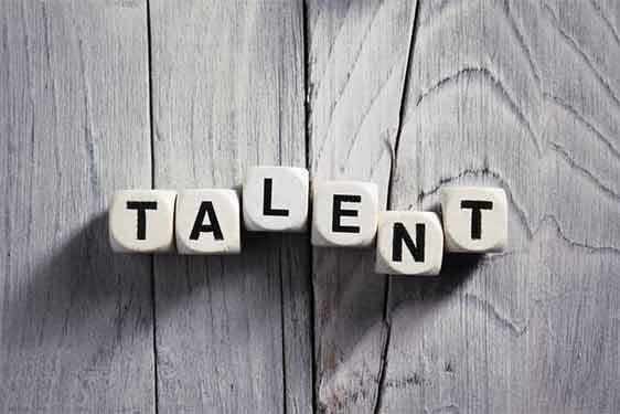 """Holzwürfel auf denen """"Talent"""" geschrieben steht."""