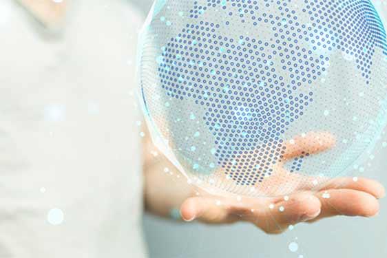 Kompetenter Mitarbeiter hält ein Hologramm eines Globus in der Hand.