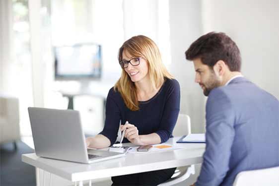Top qualifizierter Berufseinsteiger am ersten Arbeitstag in Ihrem Unternehmen.