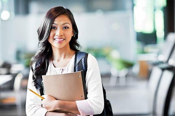 Eine junge Absolventin freut sich auf das Traineeprogramm bei der SPECTRUM.