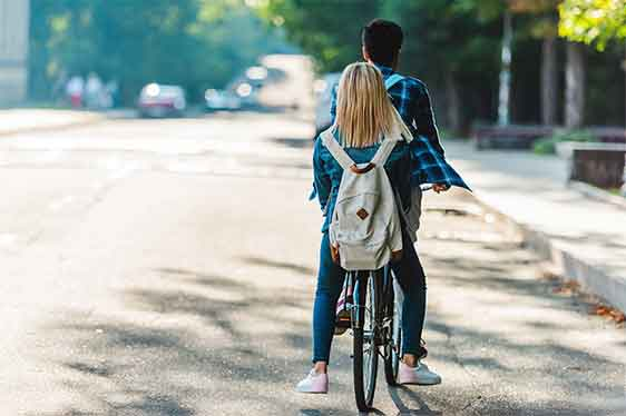 Kommilitonen fahren gemeinsam mit dem Fahrrad in die Hochschule