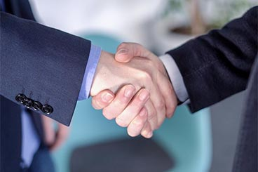 SPECTRUM Berater bei einem Treffen mit einem Partnerunternehmen.