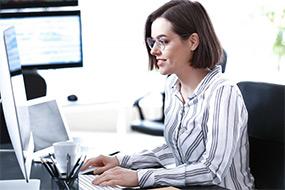 Eine Java-Entwicklerin an ihrem Arbeitsplatz bei der SPECTRUM.