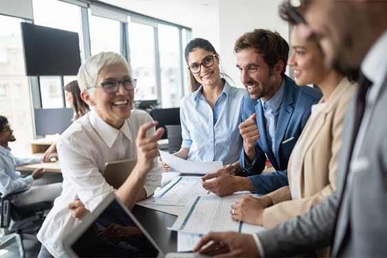 Qualifizierte Cloud Architekten im lockeren Meeting in Ihrem Unternehmen.